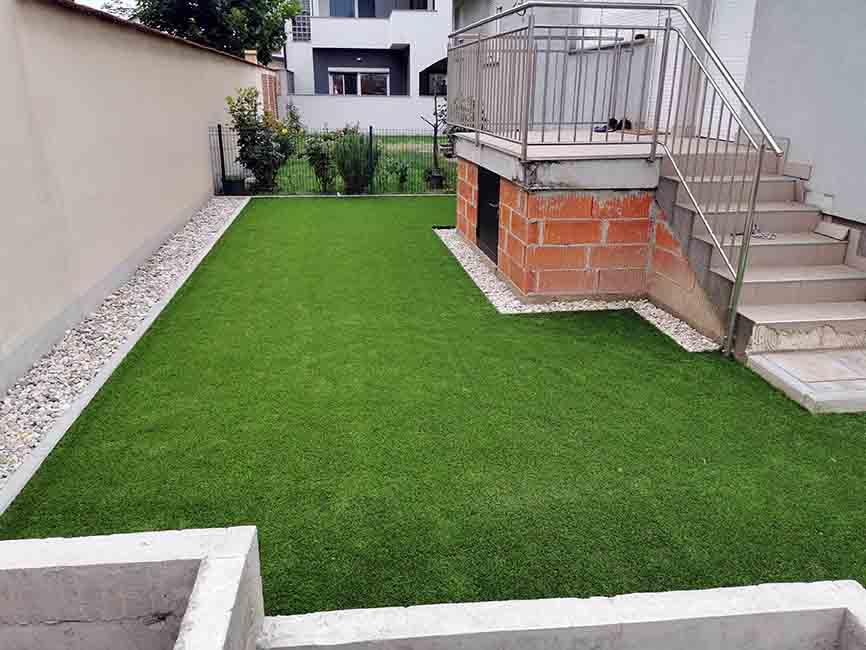 Umjetna trava je postavljena na pješčanu podlogu u dvorištu u Zagrebu