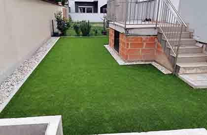 Umjetna trava je postavljena na pješčanu podlogu u dvorištu u Zagrebu2