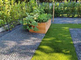 Umjetna trava kao staza u vrtu, dekorativna i praktična, nemogu se zaprljati cipele