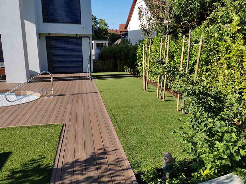 Umjetni travnjak u vrtu vile u Zagrebu