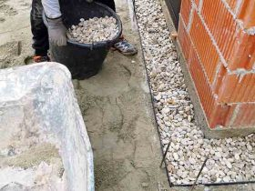 popunjavanje šljunkom tj. pranim granulatom obruba između kuće i umjetne trave u vrtu