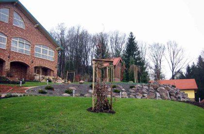 Kamenjar i travnjak na strmom dijelu vrta kod Dugog Sela