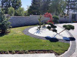 Okoliš kuće u Kravarskom sa vrtnim rubnjacima Herbadesign te sivim i bijelim kamenim malčem