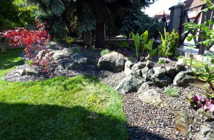 Vrt Dugave sa kamenjarom malčiranim sivim drobljencem i protukorovskom folijom nakon uređenja