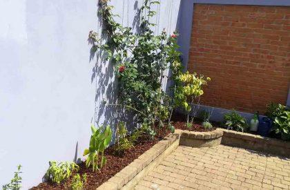 Vrt Ravnice nakon obnove, uska lijeha je pokrivena protukorovskom folijom i malčem borove kore