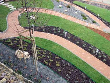 Vrtne staze i malčirane cvjetne gredice nakon hortikulturnog uređenja vile kod Dugog Sela