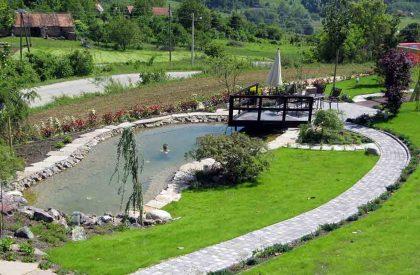 Parkovno jezero sa travnjakom i panoramskim pogledom