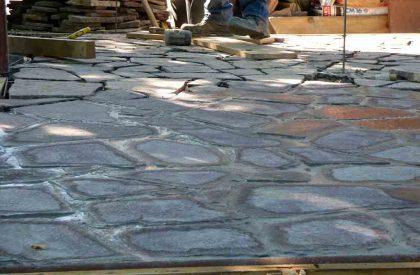 Popločenje Porfido kamenim pločama postavljenima na betonsku podlogu i fugiranima