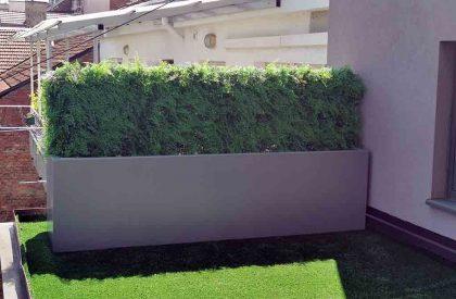 Pregradna žardinjera sa umjetnom zelenom živicom na terasi, u vanjskom prostoru