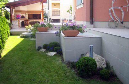 Uređenje vrta cvjetnim žardinjerama