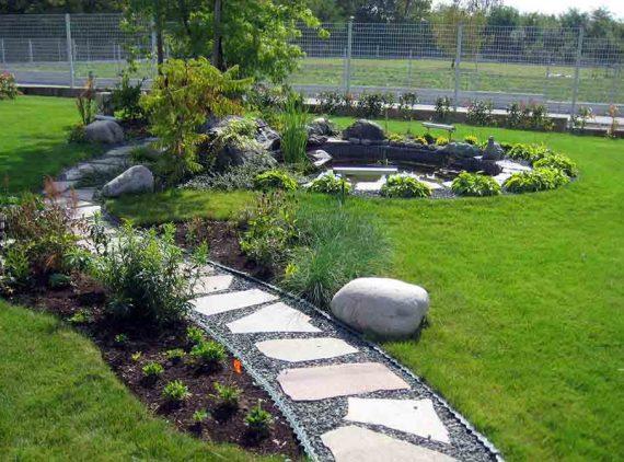 Vrtna staza sa cvjetnom gredicom i jezercem u pozadini