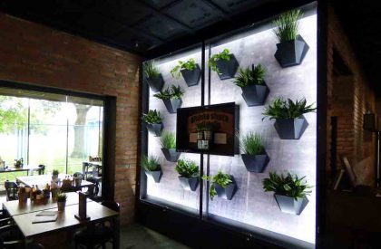 Zidna slika od cvjetnih modula Herbadesign sa umjetnim biljem, Maksi pub Zagreb